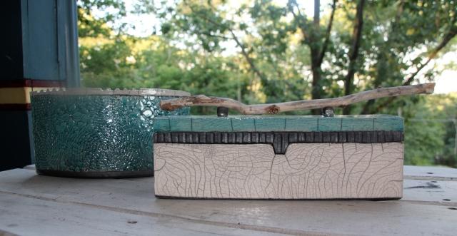 Ceramic vase and tea box.
